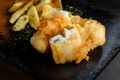 在面团的鱼,炸薯条 库存图片