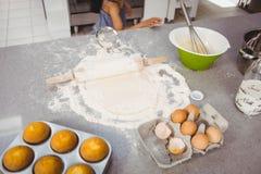 在面团的滚针用松饼和鸡蛋在厨房用桌上 库存照片