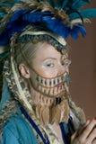 在面孔的美丽的少妇佩带的首饰 库存图片