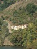 在面对杜罗河河的小山的葡萄牙村庄 库存照片