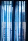 在面对海的蓝色帷幕后的阳台 库存图片