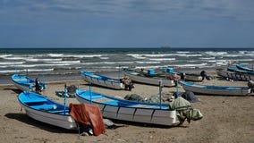 在面对海洋的土地的渔船 图库摄影
