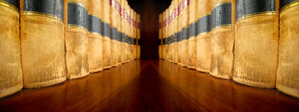 在面对的架子的法律书籍 库存照片