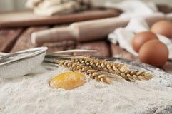 在面粉关闭的蛋黄在一张木桌上在面包店 免版税库存照片
