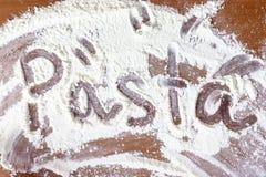 在面粉写的词面团 免版税库存图片