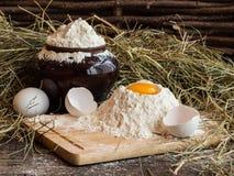 在面粉的卵黄质 残破的鸡蛋 白鸡蛋 在泥罐的面粉 图库摄影