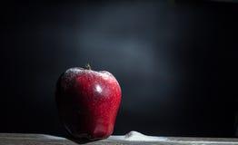在面粉的红色苹果 库存图片