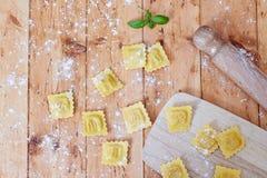 在面粉的馄饨 免版税库存图片