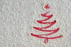 在面粉背景的红色圣诞树 白面喜欢雪 库存照片