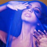 在面纱,在面孔关闭的蓝色hijab下的秀丽年轻伊斯兰教的妇女,艺术人概念 免版税库存照片