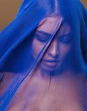 在面纱,在面孔关闭的蓝色hijab下的秀丽年轻伊斯兰教的妇女,艺术恐怖主义 免版税库存照片
