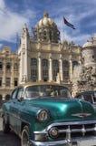 在革命博物馆前面的老美国汽车在哈瓦那,古巴 库存照片