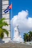 在革命的纪念碑和古巴人旗子在哈瓦那摆正 库存图片