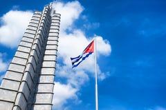 在革命的纪念碑和古巴人旗子在哈瓦那摆正 图库摄影