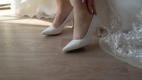 在鞋子上把放的新娘 影视素材