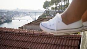 在鞋子的夫人的腿在屋顶附近 影视素材