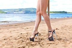 在鞋子的女孩腿有平台和高跟鞋的 免版税库存照片