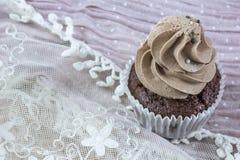 在鞋带的一块巧克力杯形蛋糕 免版税库存照片