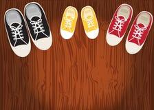 在鞋带硬木地板上的运动鞋  向量例证