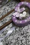 在鞋带背景的心形的礼物盒 免版税库存图片