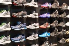 在鞋店显示的爱迪达鞋子 免版税库存图片