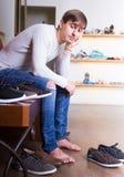 在鞋店的女性买的冬天鞋子 库存照片