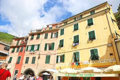 在韦尔纳扎村庄五乡地意大利的传统五颜六色的大厦 免版税库存照片