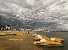 在韦茅斯海滩的剧烈的云彩 库存图片