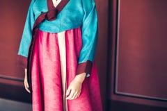 在韩国传统衣裳穿戴的时装模特Hanbok 免版税库存照片