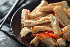 在韩语的开胃菜芦笋一个陶瓷板材特写镜头的 免版税库存照片