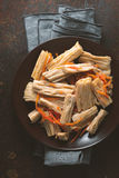 在韩语的开胃菜芦笋在餐巾的陶器的 免版税库存图片