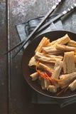 在韩语的开胃菜芦笋有权利的一块陶瓷板材的 库存照片