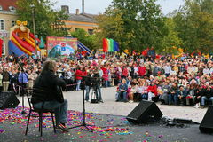 在音乐会、歌手吟呦诗人(乡村摇滚音乐)和观众 免版税库存图片