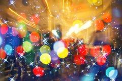 在音乐会、迪斯科夜、跳舞的概念、党和夜总会背景的五颜六色的人群 免版税库存图片