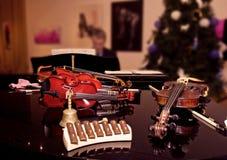 在音乐会前的小提琴在圣诞节快乐 库存图片