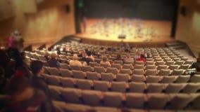 在音乐会前的观众席霍尔 股票录像