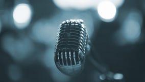 在音乐会场面的声音话筒-被定调子的蓝色 库存图片