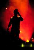在音乐会期间的背后照明歌手 库存照片