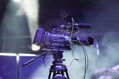 在音乐会的专业摄象机 库存图片
