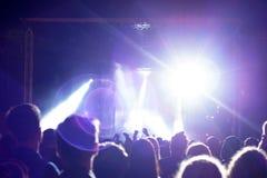 在音乐会的人群在阶段附近 免版税库存照片