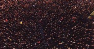 在音乐会的大人群获得乐趣 人wawing的手 股票录像