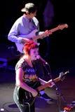 在音乐会的天使奥利森(民间和制片者在密苏里培养的摇滚歌手和吉他弹奏者)在海涅肯Primavera声音2014年节日 库存图片