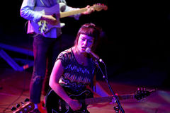 在音乐会的天使奥利森(民间和制片者在密苏里培养的摇滚歌手和吉他弹奏者)在海涅肯Primavera声音2014年 库存照片