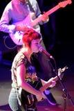 在音乐会的天使奥利森(民间和制片者在密苏里培养的摇滚歌手和吉他弹奏者)在海涅肯Primavera声音2014年 免版税图库摄影