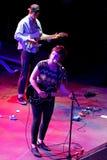 在音乐会的天使奥利森(美国伙计和制片者在密苏里和吉他弹奏者培养的摇滚歌手)在海涅肯Primavera声音2014年Fes 免版税库存照片