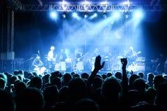 在音乐会的愉快的人群 库存图片