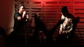 在音乐会的摇滚乐队与欢呼的观众 股票视频