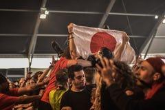 在音乐会的第一条线人群,支持日本旗子的爱好者 免版税库存照片