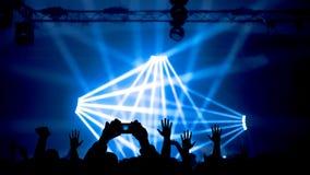 在音乐会的被举的手 免版税库存图片