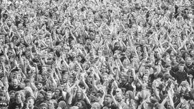 在音乐会的赞许的人群 库存照片